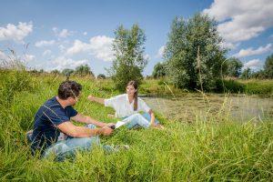 Op wandelinterview met Lies Vandenberghe in haar dorp Ruddervoorde. (foto's Christophe De Muynck)