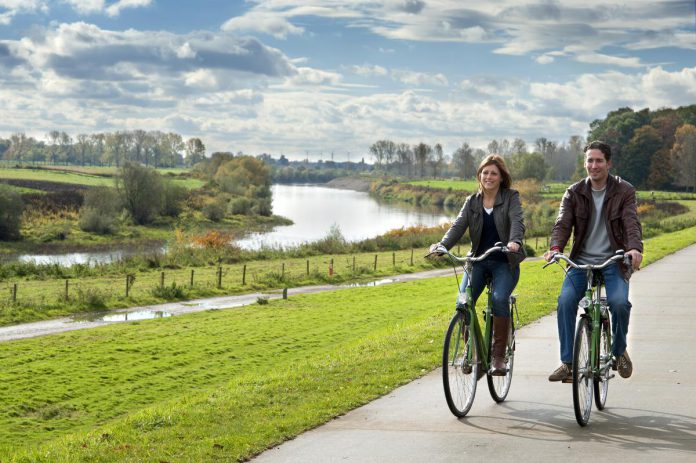 Onvergetelijke momenten: fietsen langs de Maas, genieten van de mooiste panorama's van Vlaanderen in Terhills en wilde paarden spotten in natuurgebied Negenoord-Kerkeweerd in Dilsen-Stokkem. (foto's Kristien Wintmolders/Guy Van Grinsven/Toerisme Stokkem-Luc Daelemans)
