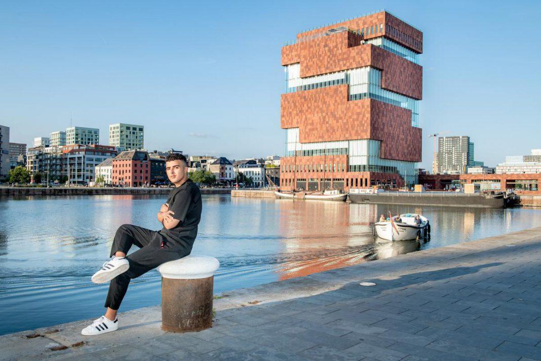 """Amir Bachrouri houdt aan het MAS even halt voor een fotoshoot. Volgens de voorzitter van de Vlaamse Jeugdraad is het Museum aan de Stroom het tweede mooiste gebouw van Antwerpen. """"Ik hou van moderne architectuur. Dit doet me meer dan Het Steen."""" (foto Christophe De Muynck)"""