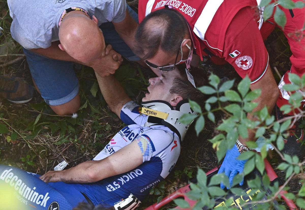 15 augustus 2020: Remco Evenepoel wordt voor dood opgeraapt na een val in de Ronde van Lombardije tijdens de afdaling van de Muro di Sormano. (foto AFP)©MARCO BERTORELLO AFP