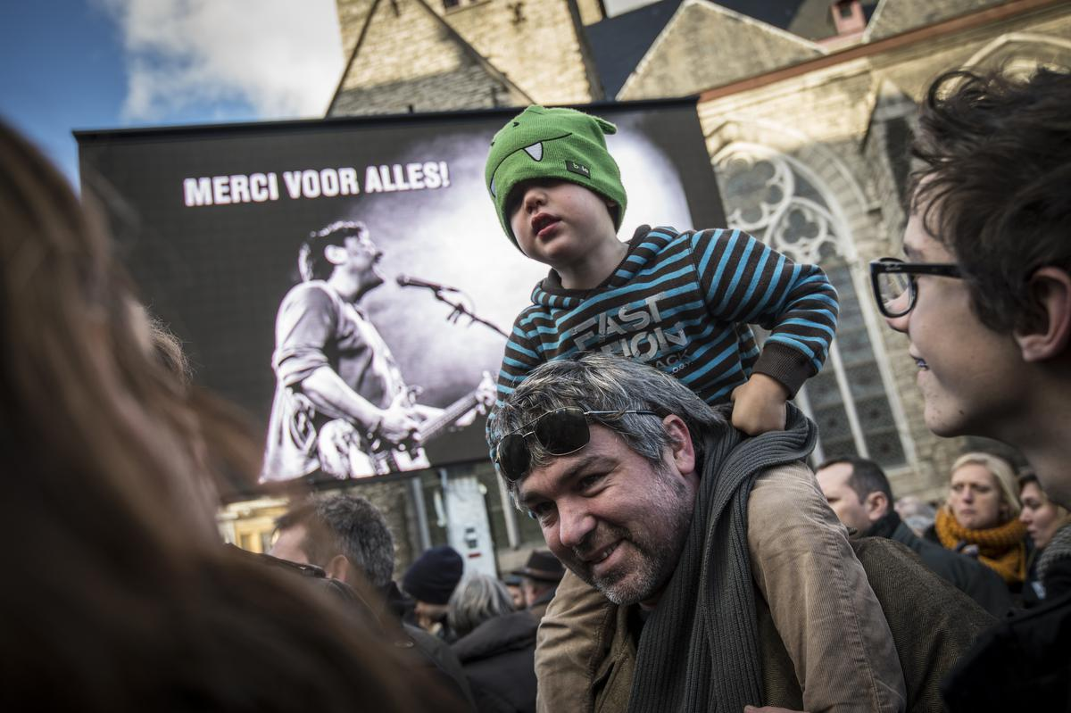 picture taken during a celebration on the Sint-Jacobs square in Gent to commemorate singer-songwriter Luc De Vos, after his funeral earlier today, Saturday 06 December 2014. De Vos died last Saturday, he was found in a flat that he used for work, hundred meters away from his home. BELGA PHOTO JASPER JACOBS© BELGA
