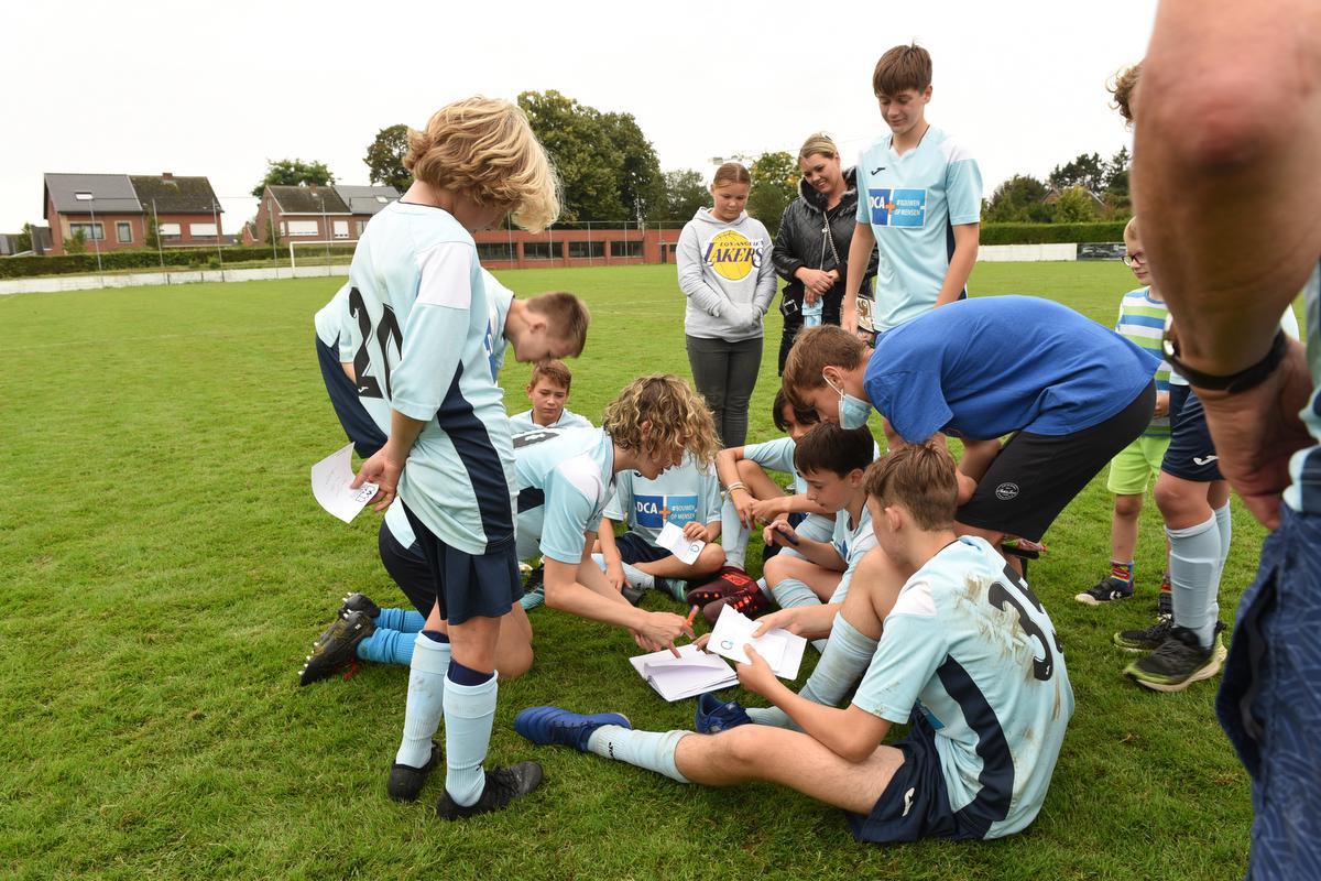 Ook na de match is het hard werken voor Imke: iedereen wil een handtekening! (foto Vero)