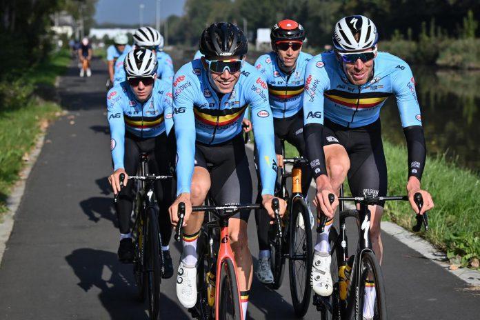 Remco Evenepoel, Wout van Aert, Dylan Teuns en Tim Declercq verkennen samen het parcours. Topfavoriet Van Aert rekent op de hulp van vooral Evenepoel om wereldkampioen te worden. (foto Belga)©DIRK WAEM BELGA
