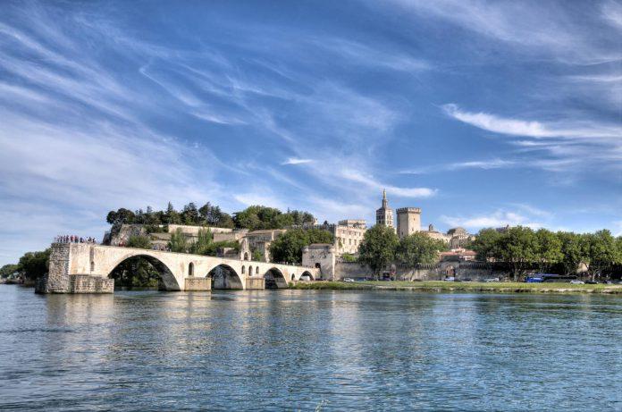 Wie de Rhône oversteekt, wordt beloond met een schitterend zicht op de Pont d'Avignon en de voormalige pauselijke stad. (foto Getty Images)©Ventura Carmona Getty Images