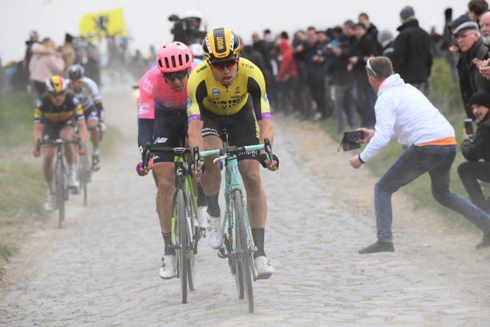 Wout van Aert op de kasseien van Parijs-Roubaix 2019. Hij was toen met voorsprong de sterkste man in koers, maar materiaalpech en valpartijen hielden hem van de zege. Hij finishte uiteindelijk als 22ste. (Getty Images)© Getty Images